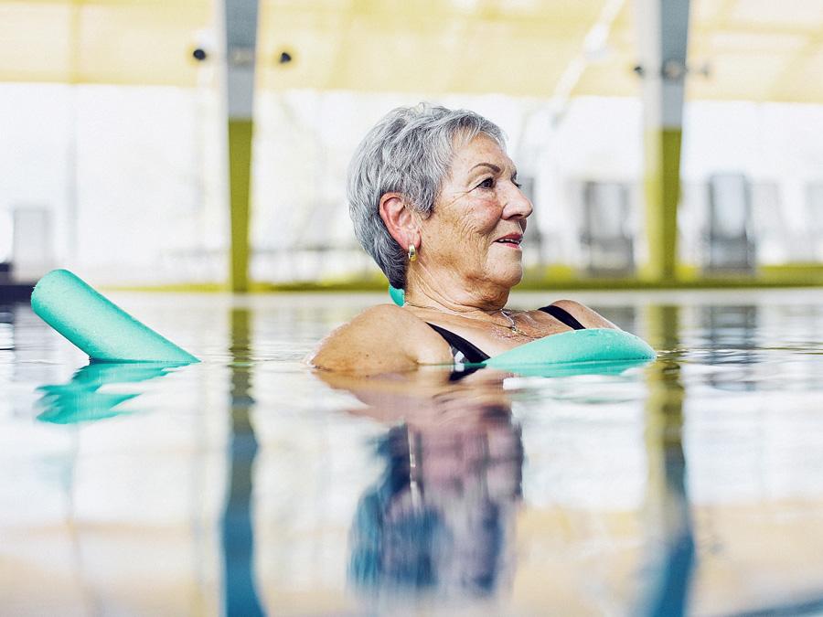 Frau entspannt sich im Wasser