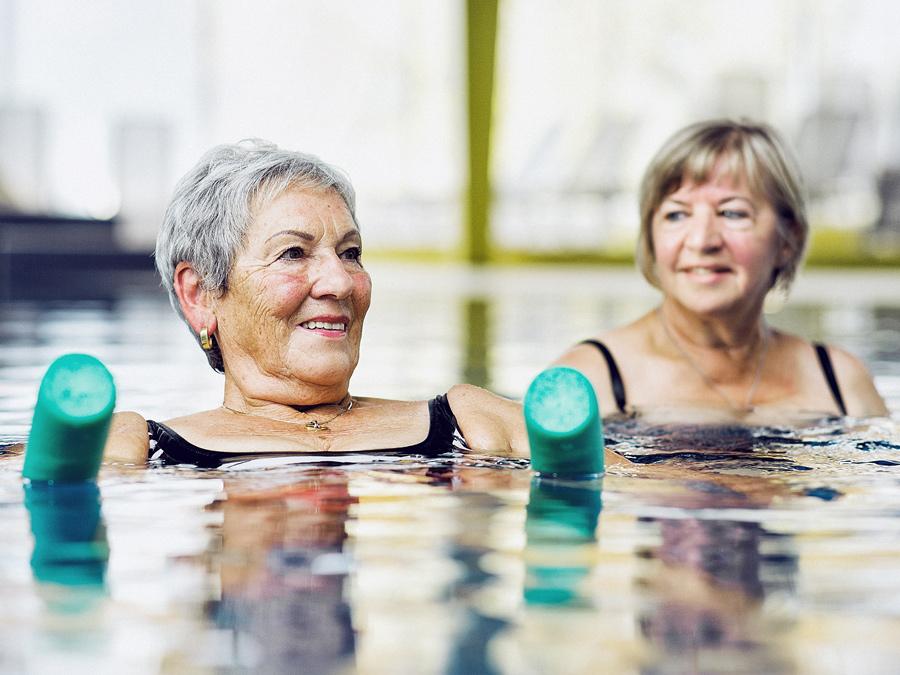 Seniorinnen entspannen sich im Wasser