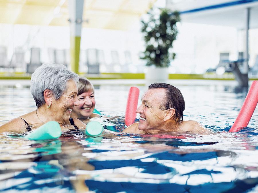 Senioren baden am Wasser