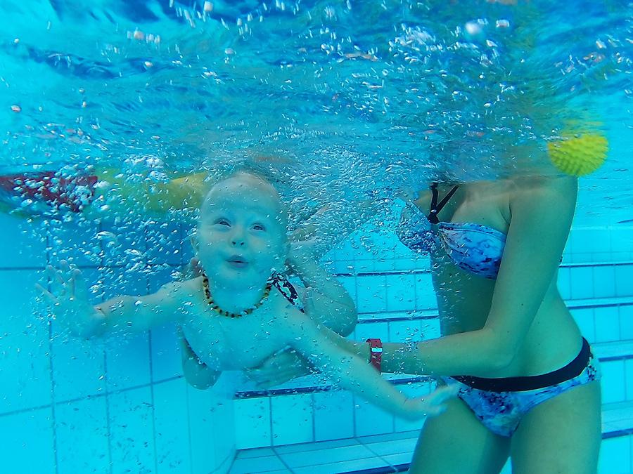 Baby schwimmt unter Wasser