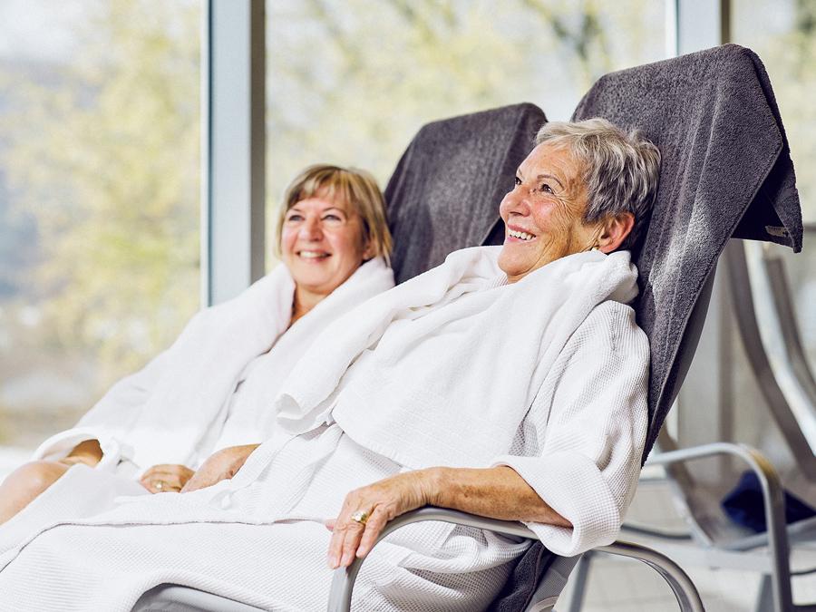 Seniorinnen entspannen auf Liegestühlen