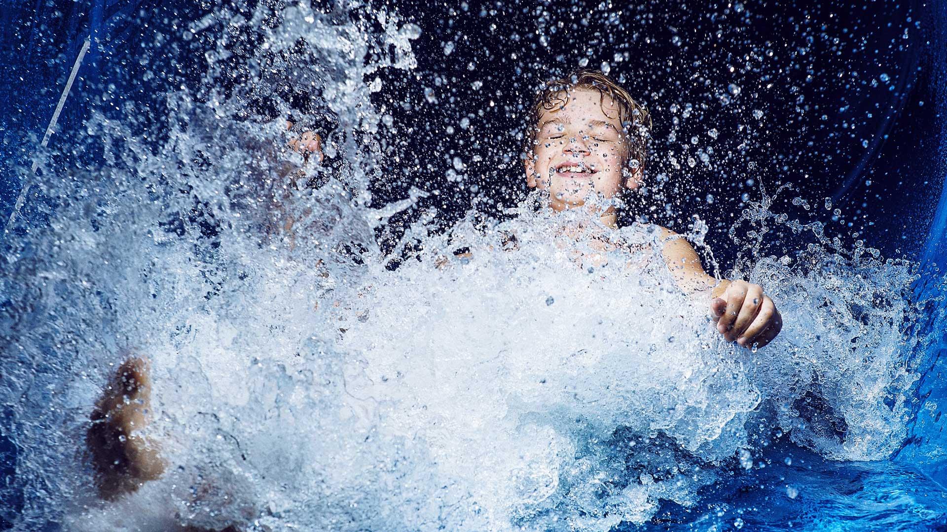 Junge in der Wasserrutsche