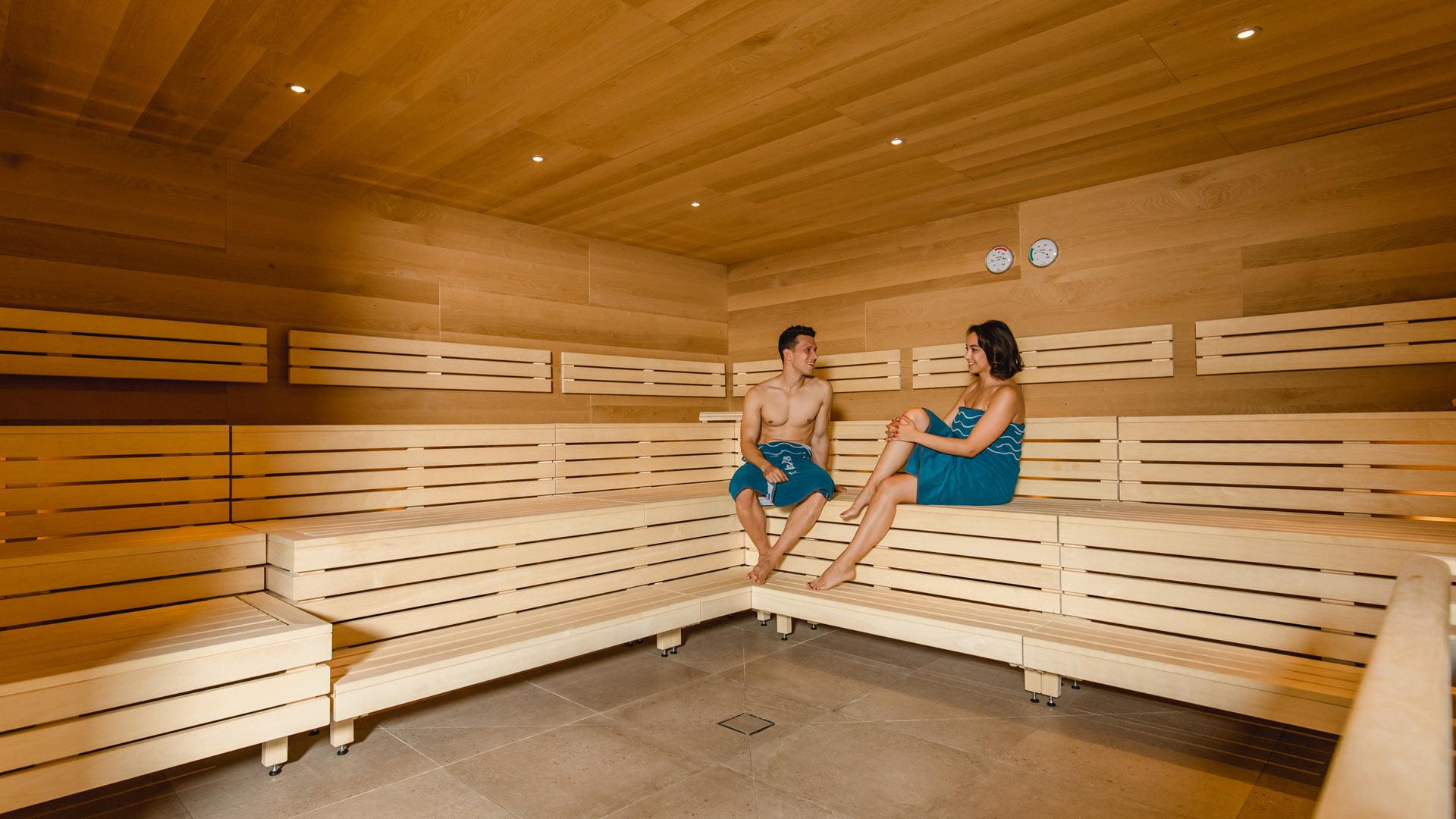 Zwei Personen in der Sauna