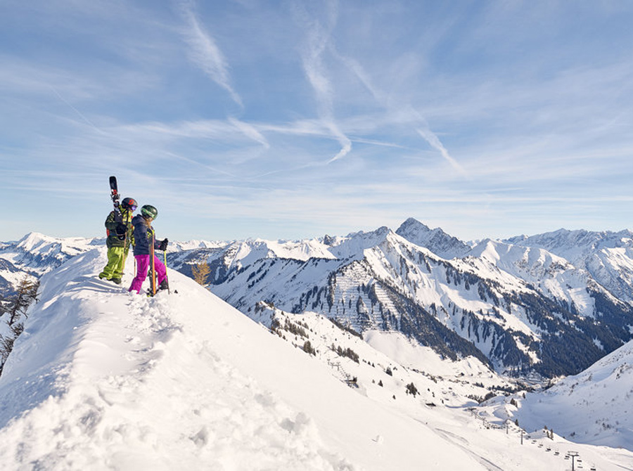 Zwei Skifahrer genießen die Aussicht