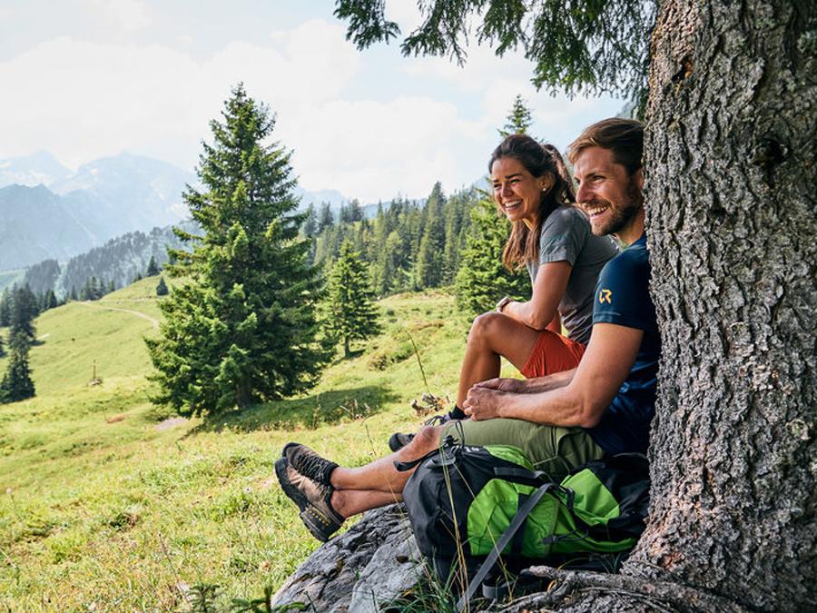 Zwei Personen machen eine Pause beim Wandern
