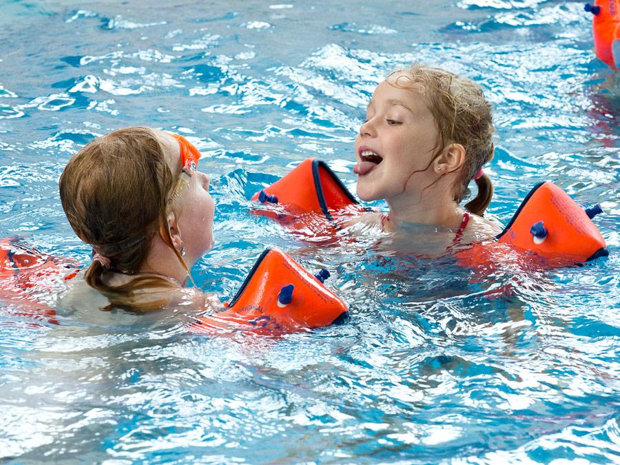 Zwei Kinder baden im Wasser
