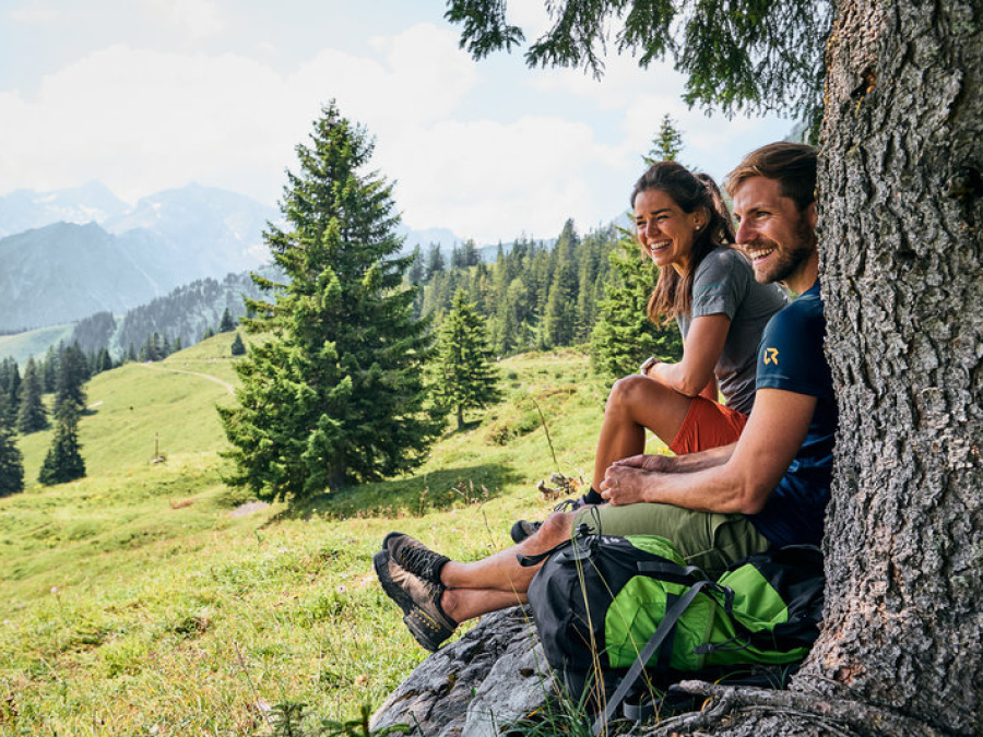 junges Paar in den Bergen in Vorarlberg