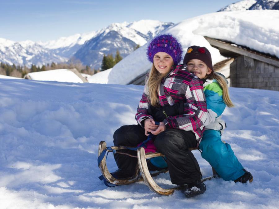 Mädchen am Rodeln in Bludenz, Vorarlberg